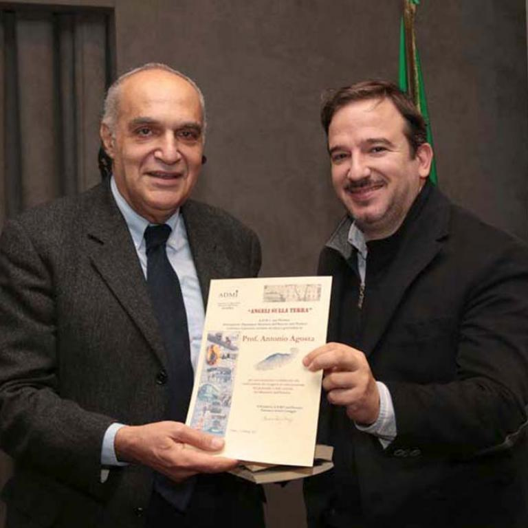 Il prof. Antonio Agosta, docente di UNIROMATRE, riceve un attestato di stima dall'A.D.M.I.e dal Siulp dal giornalista Luca Telese